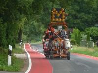 Auf einer Teststrecke haben Verarbeiter eine Radwegmarkierung von Triflex aufgebracht.