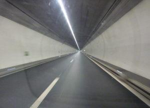 Auf Schweizer Autobahnen werden mittels Rotlicht Fahrbahnen gesperrt. Wird ein Rotlicht durchfahren, droht eine Busse von CHF 250,00 (EUR 225,00).