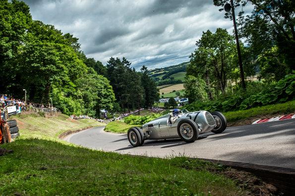 Nachdem Hans-Joachim Stuck den Auto Union Typ C 2016 beim ältesten englischen Bergrennen in Shelsley Walsh lenkte, fährt der ehemalige Formel 1-Pilot dieses Jahr im gleichen Wagen beim Großglockner Grand Prix.