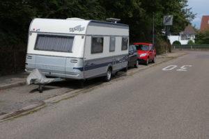 Wohnanhänger ohne Zugfahrzeug dürfen nicht länger als zwei Wochen auf öffentlichen Parkplätzen geparkt werden (Foto: ARCD)