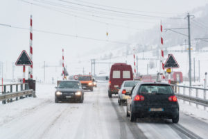 Eine eingeschneite Straße kann zum Sicherheitsrisiko werden. Quelle: ERGO Group