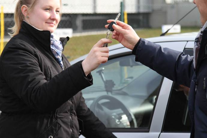 Hilfe unter Freunden: Wer zahlt bei einem Unfall mit dem geliehenen Auto?