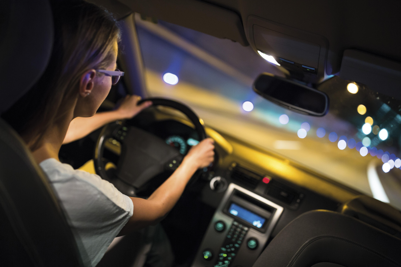 """Kfz-Betriebe und Augenoptiker laden zum Licht- und Sehtest. Eine regelmäßige Prüfung des Autolichts und der Sehschärfe bringt den Durchblick im Straßenverkehr. Denn Menschen erfassen 90 Prozent aller relevanten Informationen über die Augen. Im Licht-Test-Aktionsmonat Oktober sagen die Zentralverbände des Deutschen Kfz-Gewerbes (ZDK) und der Augenoptiker und Optometristen (ZVA) """"Einäugigen"""" und """"Blendern"""" den Kampf an. Die beiden Spitzenverbände appellieren an alle Autofahrer, im Oktober nicht nur die Licht-Anlage ihres Autos, sondern auch ihr Sehvermögen überprüfen zu lassen. Die jährliche Statistik des Licht-Tests verrät, dass zu Beginn der dunklen Jahreszeit rund jedes dritte Fahrzeug mit defekten Lichtern unterwegs ist. Gutes Licht am Auto reicht zudem nicht aus, wenn die Augen nicht """"richtig eingestellt"""" sind. Auch ein regelmäßiger Sehtest ist ein Muss, denn jeder zweite Fahrer sieht nicht ausreichend. Teilnehmende Innungsaugenoptiker prüfen kostenlos die aktuelle Tagessehschärfe der Verkehrsteilnehmer. Besonders wichtig sind regelmäßige Sehtests zwischen dem 40. und 50. Lebensjahr, wenn die """"Alterssichtigkeit"""" einsetzt. In diesem Lebensjahrzehnt verlieren die Augen zunehmend ihre Fähigkeit, kleinere Sehschwächen wie leichte Weitsichtigkeit durch Anpassungsleistungen selbst zu kompensieren. Mit diesem Service erbringen die Innungsbetriebe des Kfz-Handwerks und der Augenoptiker im Oktober geldwerte Leistung in dreistelliger Millionenhöhe."""