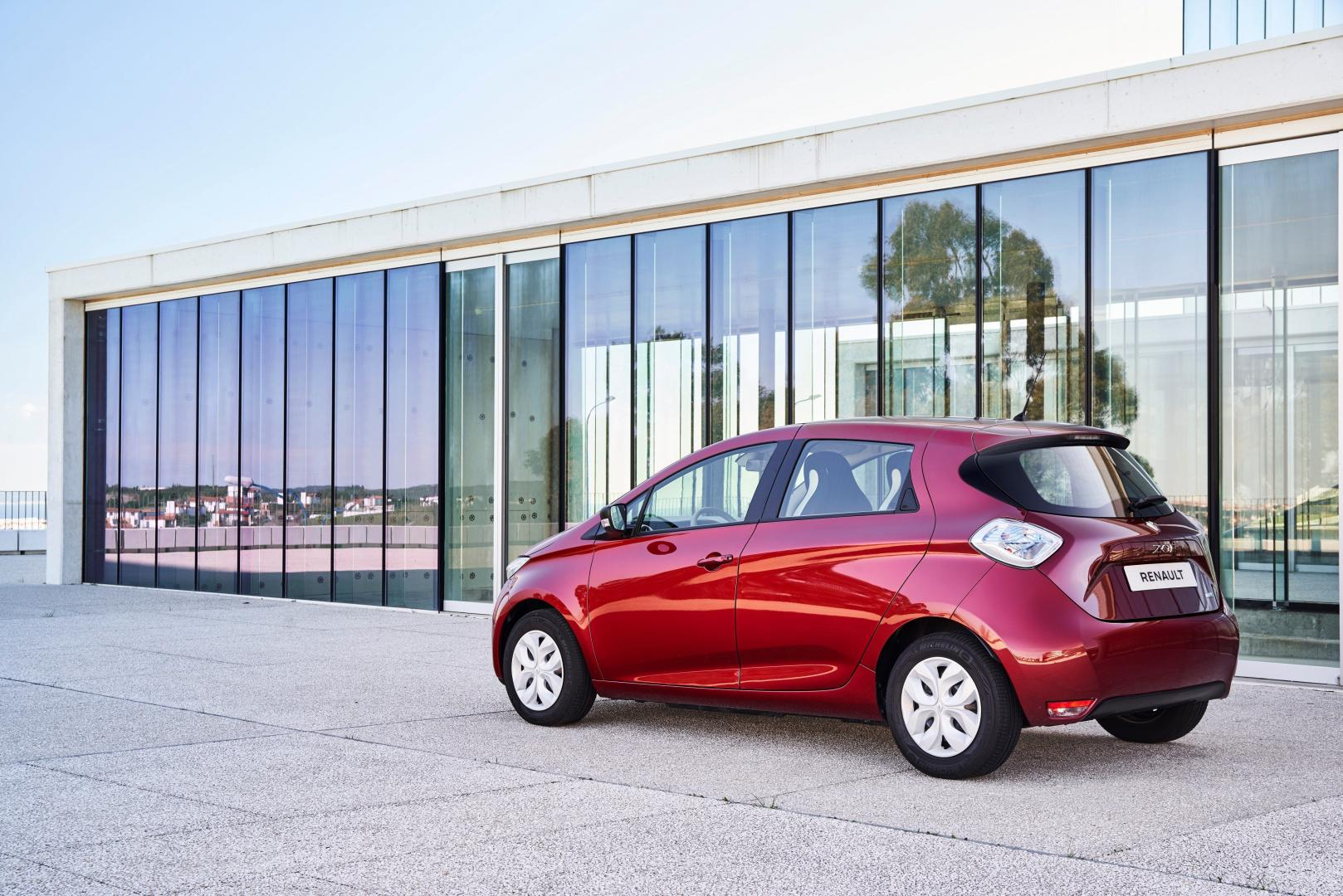"""Renault hat in Deutschland mehr als 20.000 ZOE verkauft (seit Marktstart 2012 bis heute). Mit mehr als 1.100 Neuzulassungen allein im März 2019 erreichte der kompakte Fünftürer ZOE diesen Meilenstein zum Ende des ersten Quartals 2019. Insgesamt verdoppelte Renault in Deutschland seine Elektro-Zulassungen im ersten Quartal 2019 im Vergleich zum Vorjahreszeitraum. Von Januar bis März stiegen die Renault Verkäufe der Modelle ZOE, Kangoo Z.E. und Master Z.E. um 101,1 Prozent auf 2.930 Einheiten1 . Der Renault ZOE verdoppelte seine Zulassungen im ersten Quartal auf 2.717 Einheiten (Januar bis März 2018: 1.297 Zulassungen, +109,5 Prozent). Der Elektro-Marktanteil des kompakten Fünftürers liegt bei 17,1 Prozent. Vom Elektrotransporter Renault Kangoo Z.E. wurden zwischen Januar und März 2019 insgesamt 206 Fahrzeuge zugelassen (Januar bis März 2018: 160 Einheiten, +28,8 Prozent). Der Elektrotransporter Renault Master Z.E. verzeichnet im ersten Quartal 7 Neuzulassungen. Hinzu kommen 85 Verkäufe des als Quad eingestuften Renault Twizy. Elektrifizierung der Modellpalette Bis 2022 will Renault seine E-Auto-Palette im Rahmen des internationalen Strategieplans """"Drive the Future"""" auf weltweit acht rein elektrische und zwölf elektrifizierte Modelle erweitern. Neuestes Elektromodell der Renault Gruppe ist der Renault City K-ZE, der gerade auf der Auto Shanghai Weltpremiere feierte. Das erste rein elektrische Fahrzeug im A-Segment spielt eine Schlüsselrolle in den Wachstumsplänen des Konzerns auf dem dynamischen chinesischen Markt. Das erste Serienfahrzeug des Joint Ventures eGT New Energy Automotive Co., Ltd., der Allianz Renault-Nissan-Mitsubishi und des chinesischen Automobilherstellers Dongfeng, ist gleichzeitig das sechste Elektromodell der Renault Gruppe. Zudem startet ab 2020 der Renault Bestseller Clio auch als Hybrid-Version, die Modelle Captur und Mégane kommen als Plug-in-Hybrid-Varianten auf den Markt."""