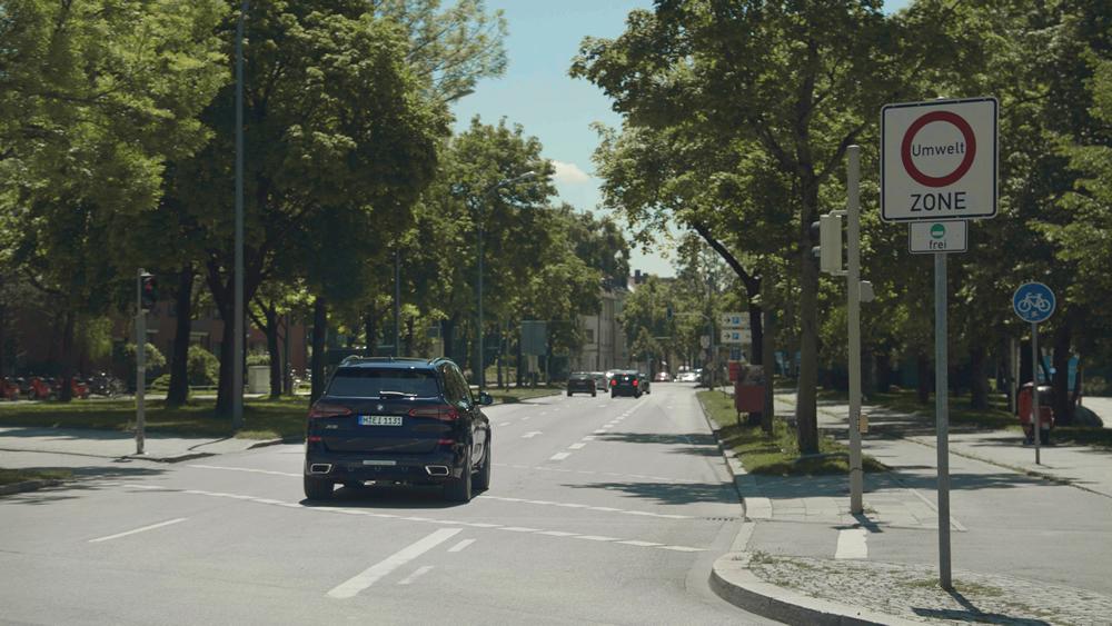 BMW eDrive Zones Testfahrzeug bei Einfahrt in eine Umweltzone